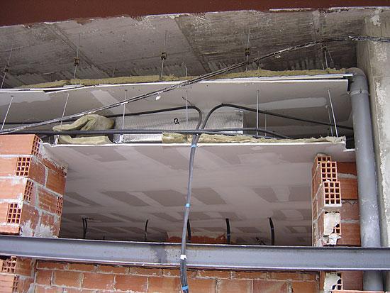 Montaje de techos ac sticos de pladur en fase de montaje for Como aislar el techo de un piso